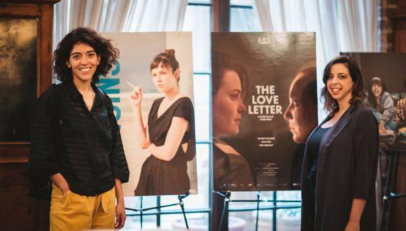 מימין: עטרה פריש לצד הפוסטר הסרט בטרייבקה לאחר הזכייה
