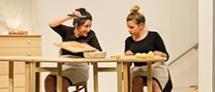 """הצגה: המתכון / קפה ועוגה מאת: ז'אנין וורמס בפרויקט """"נימוסי שולחן"""""""
