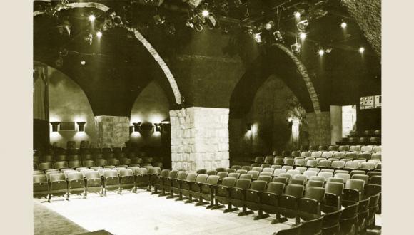 """תיאטרון החאן הירושלמי. האולם המרכזי לאחר השיפוץ הראשון. צילום: ר""""מ קנלר"""