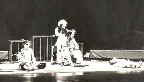 בסם אל-אב ו-ל-אם ו-ל-אבן (בשם האב, האם והבן), בימוי: פרנסוא אבו סאלם. תיאטרון אל-חכואתי, 1978. מימין: מוחמד מחאמיד, עדנאן טראבשה, אדוארד מועלם וג'קי לובק