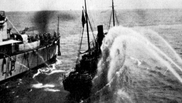 """האונייה יהודה הלוי מותקפת בזרנוקי מים על ידי הבריטים צילום:  באדיבות ארכיון הפלמ""""ח וארכיון צה""""ל"""